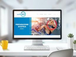 Monitor di un computer con sito internet di un personal trainer con ragazza in palestra