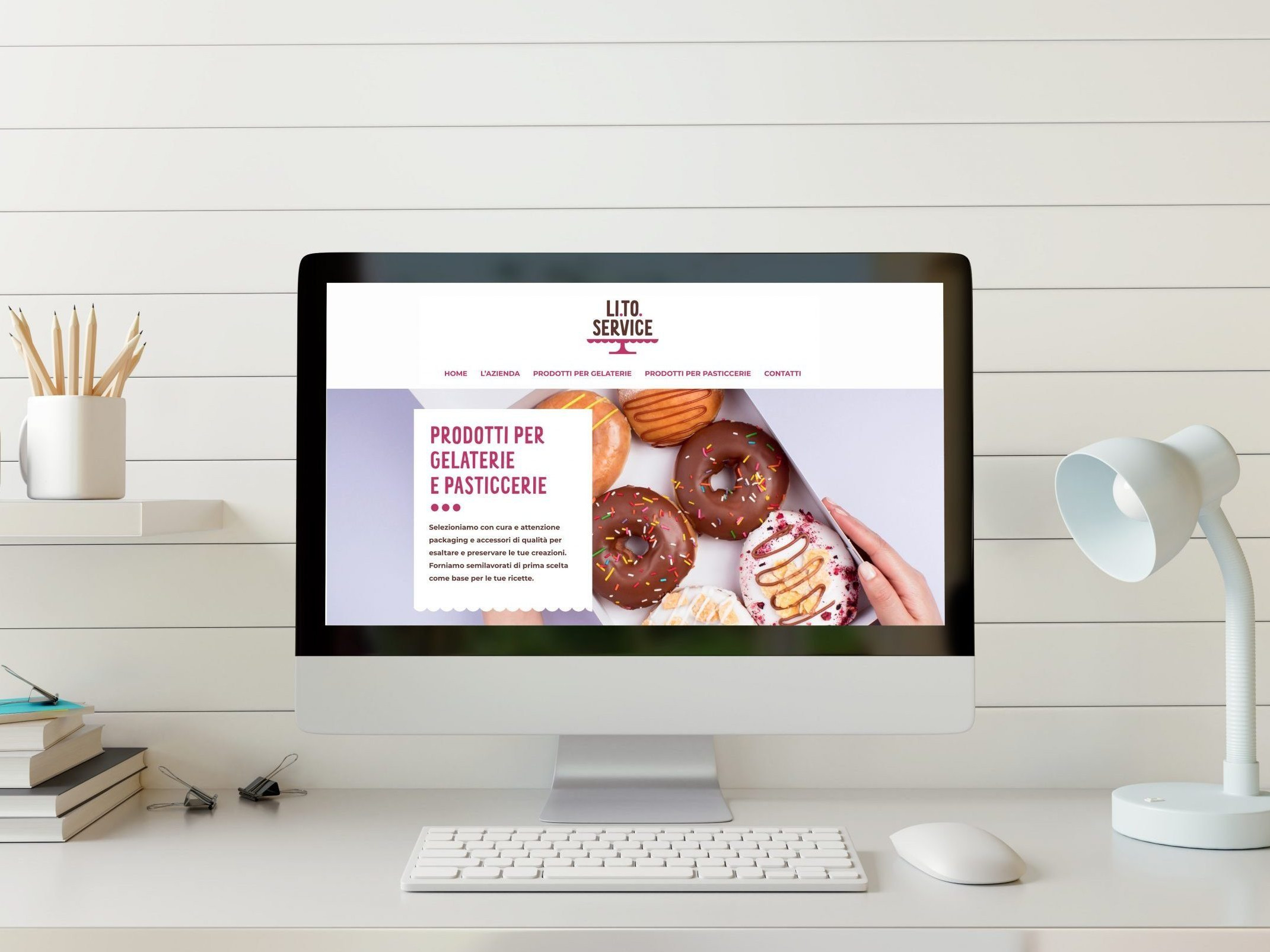 scrivania con computer e sito web